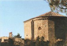 Vista general de l'ermita de Roqueta. Ermita romànica datada del s. XII recentment restaurada per tal d'aturar el progressiu erosionament dels fenòmens atmosfèrics.